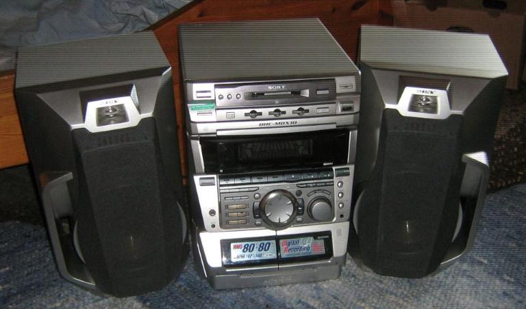 Sony Hifi Anlage DHC-MDX10 mit Radio, 3-fach CD-Wechsler und Mini Disc Laufwerk. Wenig gebraucht mit Fernbedienung und Betriebsanlei- tung. Doppelcasettendeck ...