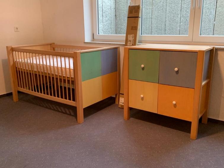 Wickeltisch und Kinderbett- Kombination