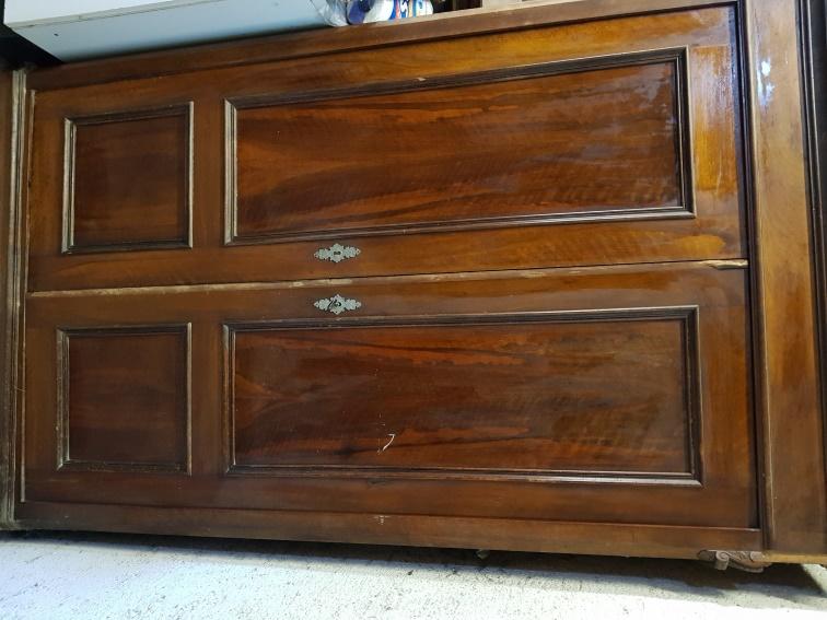 Bauernschrank Holz braun über 100 Jahre alt. Preis: 30€